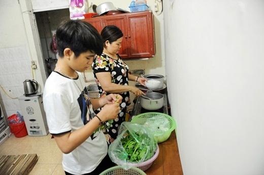 Quang Anh phụ giúp mẹ chuẩn bị bữa tối. - Tin sao Viet - Tin tuc sao Viet - Scandal sao Viet - Tin tuc cua Sao - Tin cua Sao