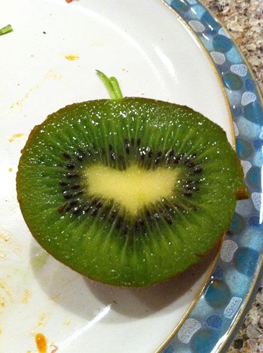 Ám hiệu mà Batman để lại trong trái kiwi.