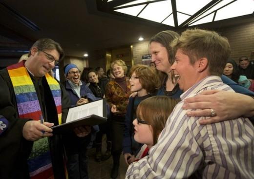 Vị cha xứ cũng vui mừng đeo khăn lục sắc và làm lễ thành hôn cho một cặp đồng tính nữ.