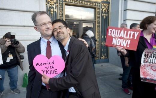 Một cặp đôi đồng tính nam hạnh phúc bên nhau.