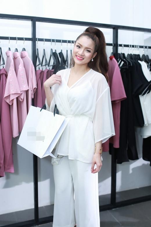 Trong một bộ trang phục khác, cô lại thể hiện sự sáng tạo khi sử dụng chiếc áo khoác dáng kimono làm áo mặc ngoài kết hợp cùng áo lót hai dây bên trong. Chiếc quần culottes đi cùng hòa hợp về màu sắc và kiểu dáng với chiếc áo khá độc đáo.