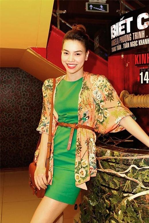 Nữ hoàng giải trí Hồ Ngọc Hà cũng là tín đồ của chiếc áo khoác thời thượng này. Cô sở hữu nhiều mẫu áo, nhiều họa tiết khác nhau như: kẻ sọc, in hoa,…