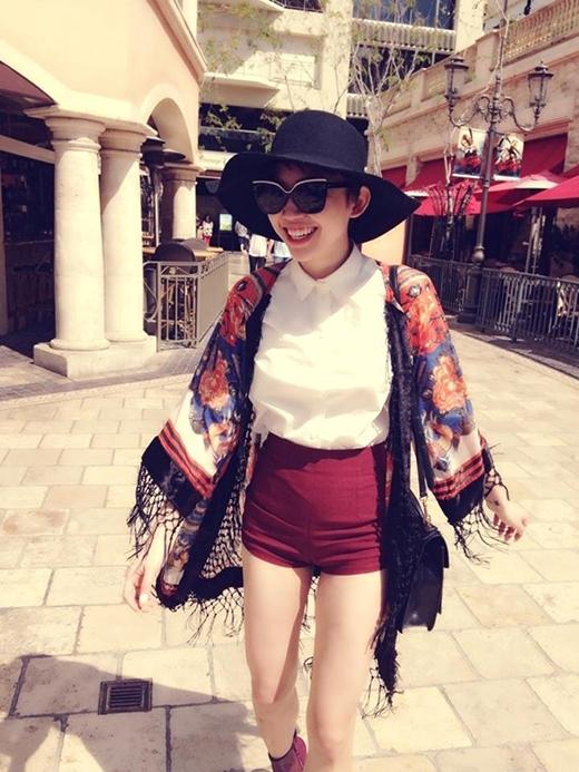 Những bông hoa bản to với sắc cam rực rỡ trên chiếc áo khoác làm tăng thêm sự thu hút cho bộ trang phục trẻ trung, cá tính của Tóc Tiên.