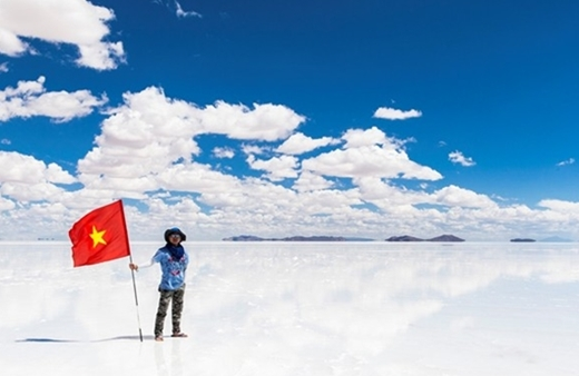 """Người Việt Nam đặt chân lên """"chiếc gương bầu trời""""."""