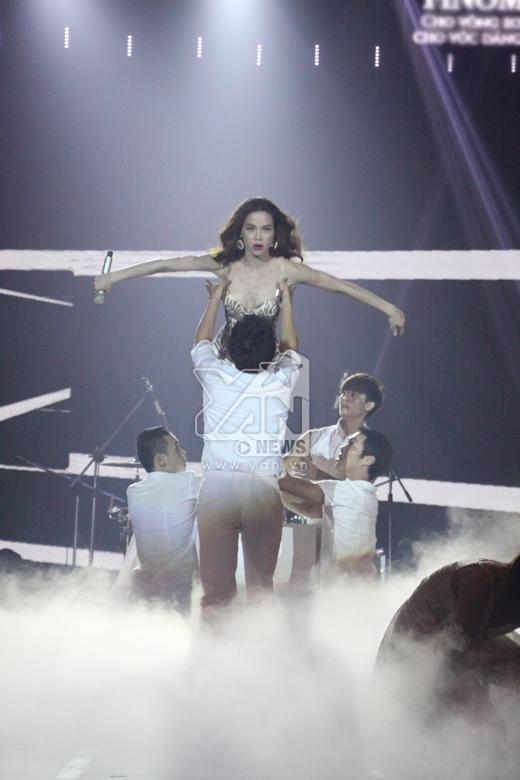Màn biểu diễn vô cùng ấn tượng này của cô đã thu hút mọi người. - Tin sao Viet - Tin tuc sao Viet - Scandal sao Viet - Tin tuc cua Sao - Tin cua Sao