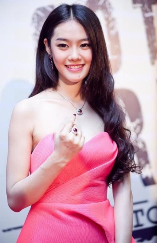 Hình ảnh hiện tại của Á hậu Linh Chi. Làn da trắng bóc, gương mặt khả ái cùng nụ cười đẹp như diễn viên Hàn Quốc của Linh Chi đã làm say đắm không biết bao nhiêu fans nam và kể cả fans nữ. - Tin sao Viet - Tin tuc sao Viet - Scandal sao Viet - Tin tuc cua Sao - Tin cua Sao