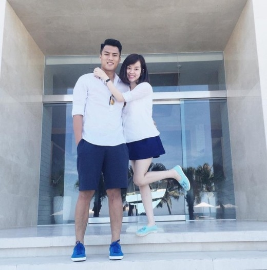 Màu sắc quần áo cả hai lựa chọn cũng là cùng tông màu. Trông cặp đôi này vô cùng hạnh phúc.