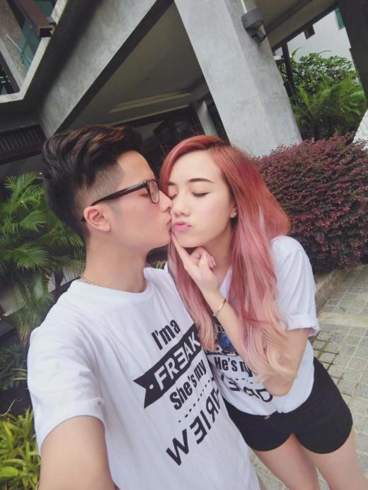 Quen nhau được 2 năm nên những chiếc áo phông đôi chắc chắn là món đồ không thể thiếu của cặp đôi hot teen này.