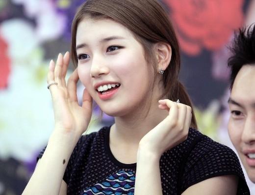 """Sở hữu vẻ đẹp trong sáng và thuần khiết, Suzy hoàn toàn phù hợp với danh hiệu """"tình đầu quốc dân"""". Sự thành công và danh tiếng hiện nay hoàn toàn vượt xa số tuổi 21 """"trẻ măng"""" của em út Miss A."""