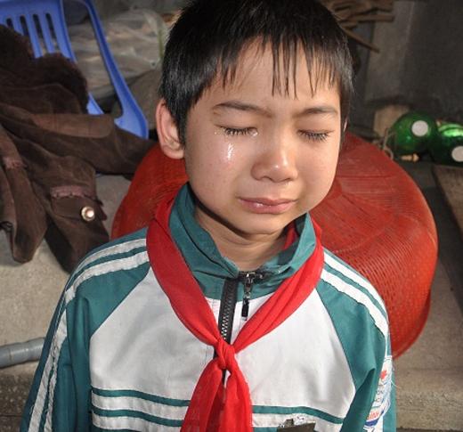 Mặc dù chỉ mới 13 tuổi nhưng cậu bé Nguyễn Đức Đạt (học sinh trường THCS xã Bình Minh, huyện Bình Giang, tỉnh Hải Dương) đã có một hoàn cảnh rất đáng thương.Đạt là một cậu bé có vóc dáng nhỏ con lại mồ côi cha từ khi mới chào đời. Cha em mất trong một vụ tai nạn do cây ngã đè lên người. Từ đó em sống với mẹ, người anh trai và chị gái có vấn đề về thần kinh trong căn nhà nhỏ rách nát. Ảnh: DT