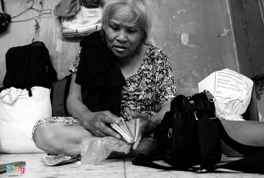 """Nhắc tới gia đình, bàBa Sen (60 tuổi) chia sẻ:""""Tôi không có gia đình, lúc ở quê làm ruộng, chăn nuôi nhưng bị hạn hán, dịch bệnh suốtkhông đủ ăn, lại nuôi đứa cháu, nên 3 năm nay bỏ ruộngvào đây kiếm sống bằng nghề bán vé số, để dành gửi tiền về cho cháu ăn học. Đạp xe khắp nơi,bán cả ngày đêm cũng chỉkiếm được trung bình150.000 đồng""""."""