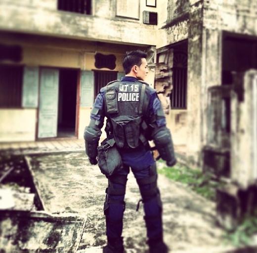"""""""Bất tỉnh nhân sự"""" trước chàng cảnh sát đẹp trai, hát hay, dũng cảm"""