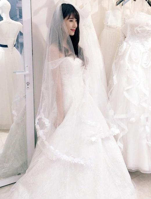 Quỳnh Anh Shyn cũng từng diện váy cưới vô cùng xinh đẹp.