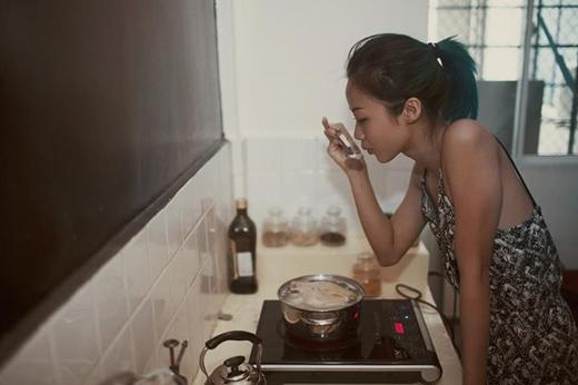 Hiếm khi nào mọi người mới có thể thấy được hình ảnh đảm đang của Suboi lúc đời thường như vậy. Vì khá nhớ một món ăn ở tại Hội Anh mà Suboi đã từng ăn trước đó, nên cô nàng mạnh mẽ này đã quyết định lăn vào bếp để trổ tài nội trợ.