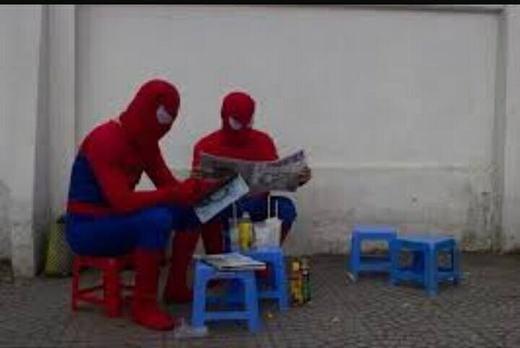 ...và uống nước vỉa hè. Không chỉ một mà là hai người nhện.