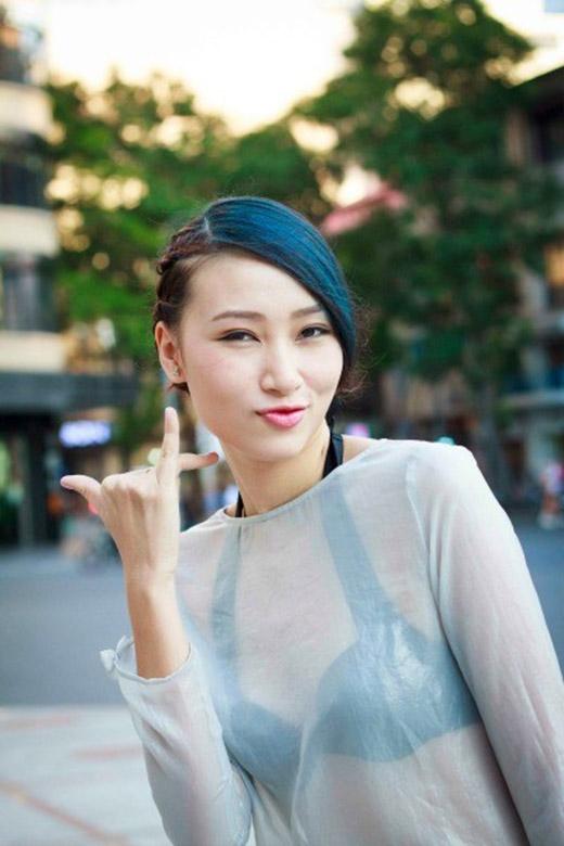 Trước đó, cô cũng có những màu tóc nổi bật như: trắng, đen tương phản, vàng hạt dẻ hay nhuộm phớt mái màu xanh ngọc.