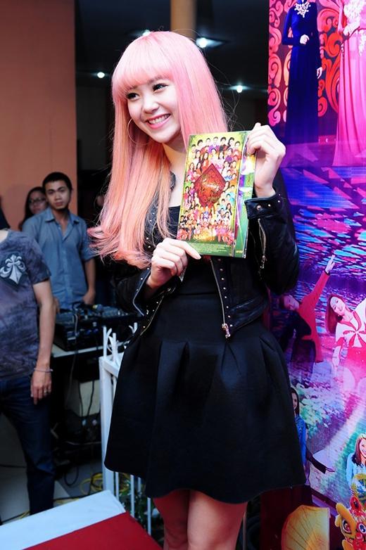 Minh Hằng cũng từng có lúc trông giống những ca sĩ Hàn Quốc với mái ngố, tóc suông màu hồng...