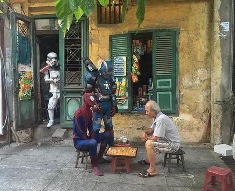 """Cười bể bụng """"Biệt đội siêu anh hùng"""" diễu hành trên đường phố Việt Nam"""