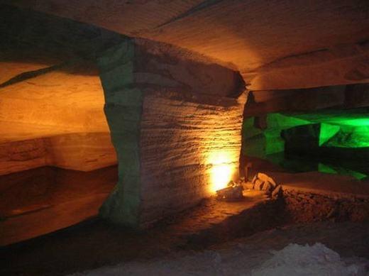 Những hang động này được tạo nên bởi bàn tay con người. Đây là một kiến trúc hết sức tinh vi và tìm thấy ở Trung Quốc, có niên đại trước thời nhà Tần (năm 212 TCN), nhưng nhiều khả năng không phải là do nhà Tần tạo ra. Câu hỏi đặt ra ở đây là với trình độ khoa học kĩ thuật thời đó, làm sao người ta có khả năng đào được một hệ thống đường hầm phức tạp và rộng lớn như vậy?