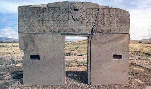 Cổng mặt trời Stonehenge là một cột đá bí ẩn cho đến ngày nay.Với chiều cao 2,75 mét và được đặt tại Bolivia, chiếc cổng này có thể là một vật quan trọng cho chiêm tinh và thiên văn học. Stonehenge xuất hiện cùng lúc với những người đầu tiên trên trái đất và người ta đang nghiên cứu vì sao cột đá lại có thể được chạm khắc tinh xảo như vậy.