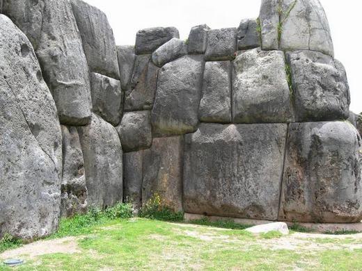 Đây gọi là những tảng đá Saksaywaman, nằm ở vùng ngoại ô phía bắc phố cổ Cusco (Peru). Dù đã có từ rất lâu, nhưng các tảng đá được xếp chồng lên nhau cực kỳ chắc chắn và sát khít nhau. Nó khít đến nỗi bạn không thể nhét bất kì thứ gì vào giữa hai tảng đá liền nhau.