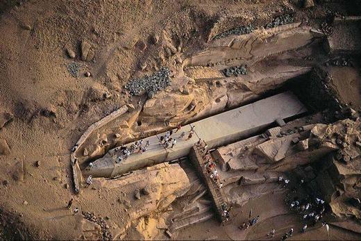 Còn đây là đài tưởng niệm Unfinished Obelisk, được phát hiện ở cuối thị trấn Aswan thuộc Ai Cập. Đài tưởng niệm này có điều đặc biệt là được làm bằng một khối đá duy nhất. Với kích thước to lớn cùng niên đại hàng ngàn năm của nó, không biết ai đã có thể làm được điều này. Theo các nhà khoa học, sau khi xuất hiện một vài vết nứt bên trong, Obelisk đã bị bỏ hoang đến tận bây giờ.