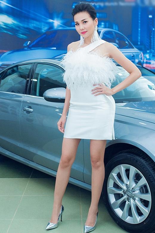 Bộ váy trắng với phần thân áo được đính lông được Thanh Hằng chọn phối đồng điệu với hoa tai tua rua. Mẫu thiết kế giúp cô khoe trọn đôi chân dài cùng thân hình cực chuẩn.