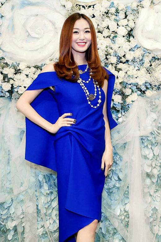 Làn da trắng của Khánh My trở nên nổi bật hơn trong sắc xanh coban của chiếc váy trễ vai, phom rộng. Nữ diễn viên còn khéo léo kết hợp cùng vòng cổ chuỗi hạt tạo nên điểm nhấn cho trang phục.