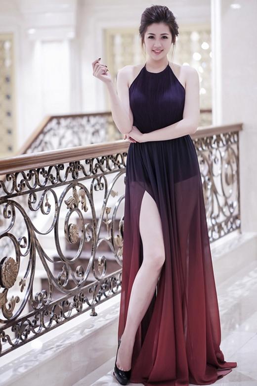 Chiếc váy dài trên nền chất liệu voan lụa của Á hậu Dương Tú Anh lại ghi điểm nhờ sự kết hợp hài hòa giữa chiếc cổ yếm truyền thống cùng chân váy xòe xẻ tà cao hiện đại. Thiết kế cũng bắt kịp xu hướng của thế giới với kiểu nhuộm loang màu.