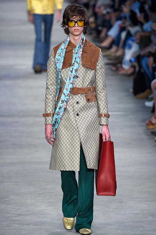 Gucci lại lăng xê những họa tiết hoa lá cùng kiểu quần ống loe, cạp cao của những năm 1980 hay cổ áo lá sen, áo sơ mi voan mỏng nhằm tạo nên sự nổi loạn cho BST Xuân - Hè 2016 dành cho nam giới. Thương hiệu thời trang cao cấp này lại khiến các quý ông phải đau đầu khi làm sao có thể diện những trang phục này ra đường.