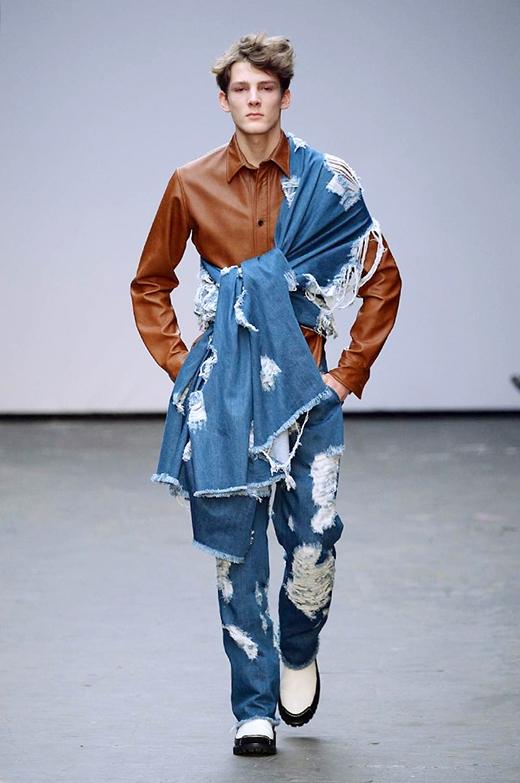Ngay cả ở những trang phục với chất liệu hiện đại như jeans, da, Xander Zhou vẫn thể hiện sự nữ tính khá rõ nét qua việc kết hợp nhiều lớp trang phục cầu kì.