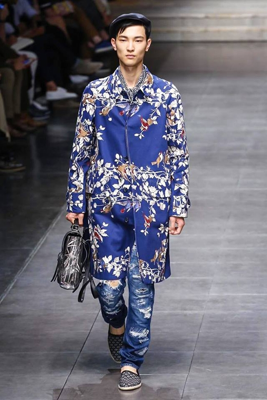 D&G vẫn giữ lấy những phom dáng đặc trưng hoặc chỉ phá cách đôi chút trong trang phục dành cho đấng mày râu vào mùa mốt 2016. Yếu tố nữ tính lại được bộ đôi NTK khai thác ở chất liệu lụa, satin với những họa tiết in, màu sắc nổi bật như: tím, cam, hồng cánh sen, pastel,…