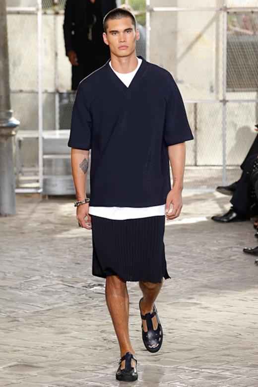 Chân váy suông cùng những đường xếp li tinh tế lại được Givenchy kết hợp cùng áo phông trơn, áo vest hay măng tô dài nam tính, mạnh mẽ. Đây cũng được xem là bước đột phá của nhà mốt này trong trang phục của nam giới.