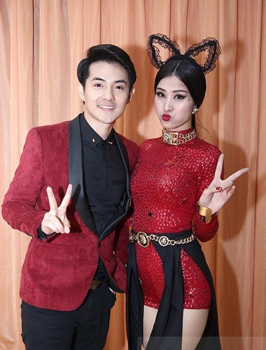 Đến ủng hộ tinh thần cho Đông Nhi khi tham gia The Remix 2015, Ông Cao Thắng cũng diện bộ trang phục với điểm nhấn ở chiếc vest màu đỏ rượu chát trùng khớp với màu bộ bodysuit mà Đông Nhi diện trên sân khấu.
