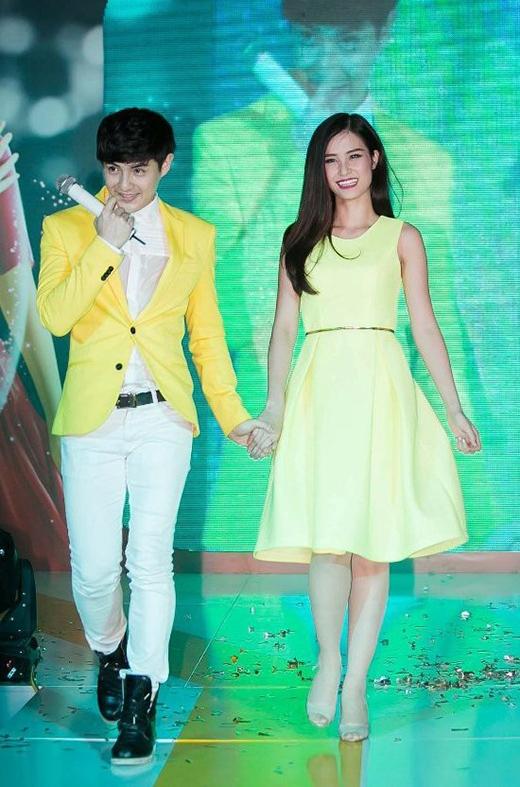 Ngược lại, chiếc vest vàng chanh đã giúp Ông Cao Thắng có phần nổi bật nhưng vẫn hài hòa với gam màu vàng pastel của chiếc váy xòe cổ điển mà Đông Nhi diện.