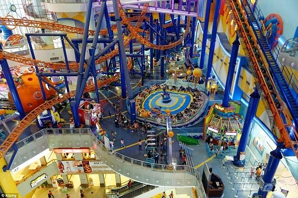 Tại khu trung tâm mua sắm Berjaya Times Square ở Kuala Lumpur có nhiều trò chơi và thú tiêu khiển đa dạng.