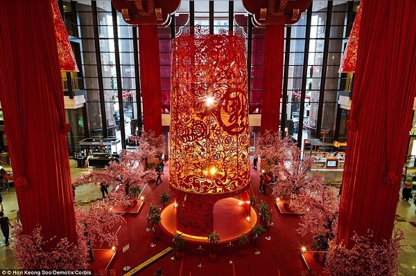Berjaya Times Square ở Malaysia đã đặt một chiếc đèn lồng cao gần 10 mét ở khu vực trung tâm trong dịp Tết Âm Lịch 2014.
