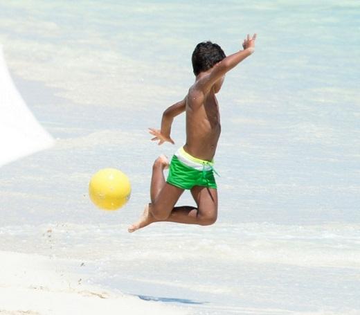 Trong khi đó, cậu nhóc Cristiano Ronaldo Jr lại gây chú ý khi trổ tài chơi bóng trên bãi cát. Cậu nhóc thể hiện một số kỹ thuật cá nhân khéo léo.