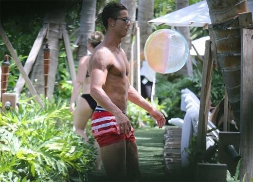 Cristiano Ronaldo thỉnh thoảng biểu diễn kỹ thuật với quả bóng của con trai.