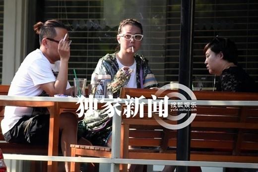 Giai nhân U50 Châu Hải My hồn nhiên hút thuốc lá