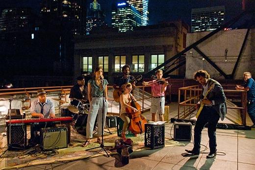 Ban nhạc mộc mạc của Gretta biểu diễn trên sân thượng