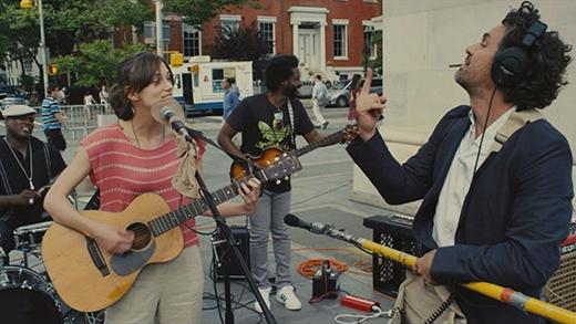 Gretta (Keira Knightley) cùng những người bạn của mình đã mang tài năng và âm nhạc sưởi ấm mọi ngóc ngách thành phố