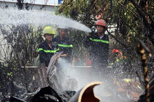 Lính cứu hỏa nhanh chóng có mặt hỗ trợ dập lửa
