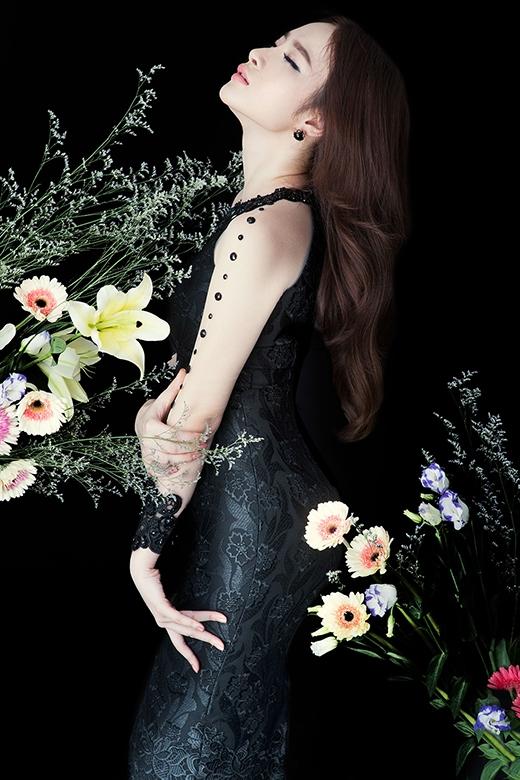 Vẫn với phom váy cocktail cổ điển nhưng thiết kế lại tạo hiệu ứng thị giác lạ mắt bởi những chi tiết hoa lá trên thân váy cùng phần chất liệu xuyên thấu đính hạt và họa tiết ren ở tay áo.