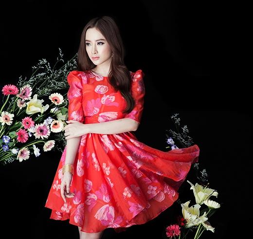 Chiếc váy đỏ xòe với họa tiết hoa to bản lại mang đến hình ảnh một quý cô cổ điển điệu đà, nữ tính.