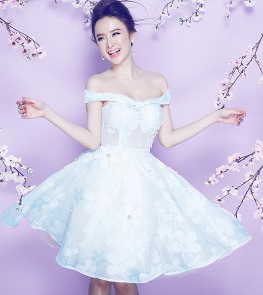 """Những chiếc váy trễ vai, cúp ngực luôn là kiểu dáng """"được lòng"""" của Angela Phương Trinh. Sắc trắng cùng phom váy xòe lại khiến cô nàng trẻ trung, tươi mới hơn."""