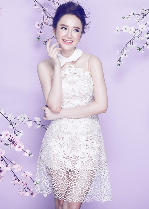 Kỹ thuật cắt laser tiếp tục được phát triển trong chiếc váy lưới trắng. Thiết kế kết hợp hài hòa cả sự gợi cảm trong chất liệu và phom dáng cổ điển.