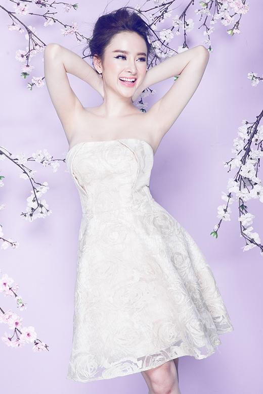 Họa tiết hoa hồng lãng mạn lại được tái hiện khá chân thực, sinh động trong chiếc váy trắng xòe cúp ngực. Phần ngực áo còn ghi điểm bởi chi tiết dựng phom 3D khá độc đáo.