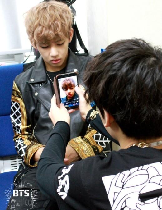 Không biết có phải là thành viên ngủ nhiều nhất BTS hay không nhưng V luôn là nạn nhân khốn khổ trong những bức ảnh dìm hàng của nhóm.