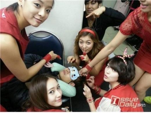 Tham gia SMTown Concert tại Thái Lan, Changmin (DBSK) đã bị Yunho và f(x) chụp lén khi ngủ với miếng bịt mắt vô cùng đáng yêu.